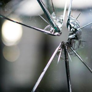 Efektem próby włamania są zniszczone drzwi albo okna. Fot. Rehau