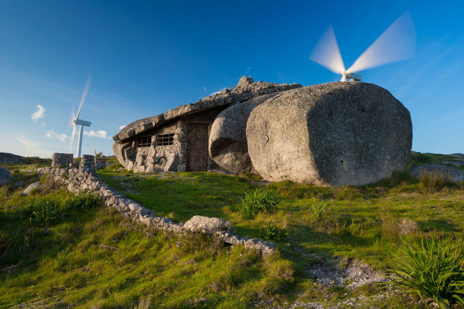 Klimat prehistorycznej epoki Casa do Penedo zawdzięcza również temu, że w domu nie ma elektryczności. Wnętrza oświetlane są wyłącznie świecami i ogniem kominka. Fot. Shutterstock