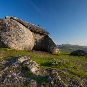 Dom idealnie wpisuje się w okoliczny krajobraz – powstał przecież z naturalnych, spotykanych na miejscu materiałów. Wyjątek stanowią drzwi, okna i dach. Fot. Shutterstock