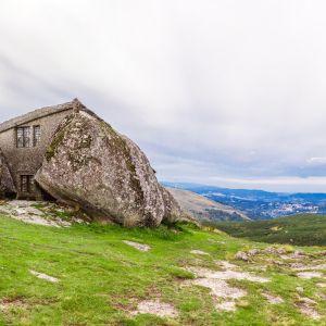 Casa do Penedo szybko stała się główną atrakcją turystyczną regionu i co roku odwiedza to miejsce wielu zwiedzających okolicę. Fot. Shutterstock