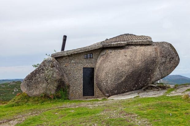 Casa do Penedo, czyli dosłownie dom z kamienia, położony jest w górach Fafe na północy Portugalii. Swym wyglądem przypomina raczej mieszkanie rodziny Flintstone'ów niż architekturę XX wieku. Nic dziwnego. Powstał w czterech głazach narzutowych