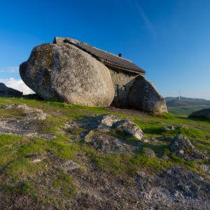Casa do Penedo, czyli dosłownie dom z kamienia, położony jest w górach Fafe na północy Portugalii. Fot. Shutterstock