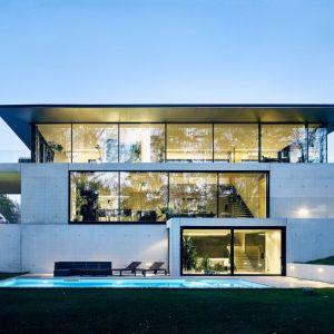 Przeszklona, pełna światła architektura to dominujący trend w projektowaniu. Fot. Schüco