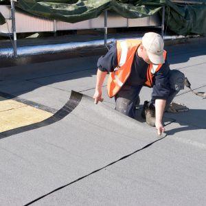 Na dachy płaskie działa wiele różnych obciążeń, które także należy uwzględnić przy wyborze produktów izolacyjnych. Fot. Paroc