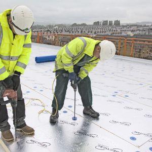 Eurothane Silver to płyta termoizolacyjna stosowana na dachach płaskich na blasze trapezowej z jednowarstwową hydroizolacją syntetyczną lub kilkuwarstwowym bitumicznym pokryciem dachu. Fot. Recticel Izolacje