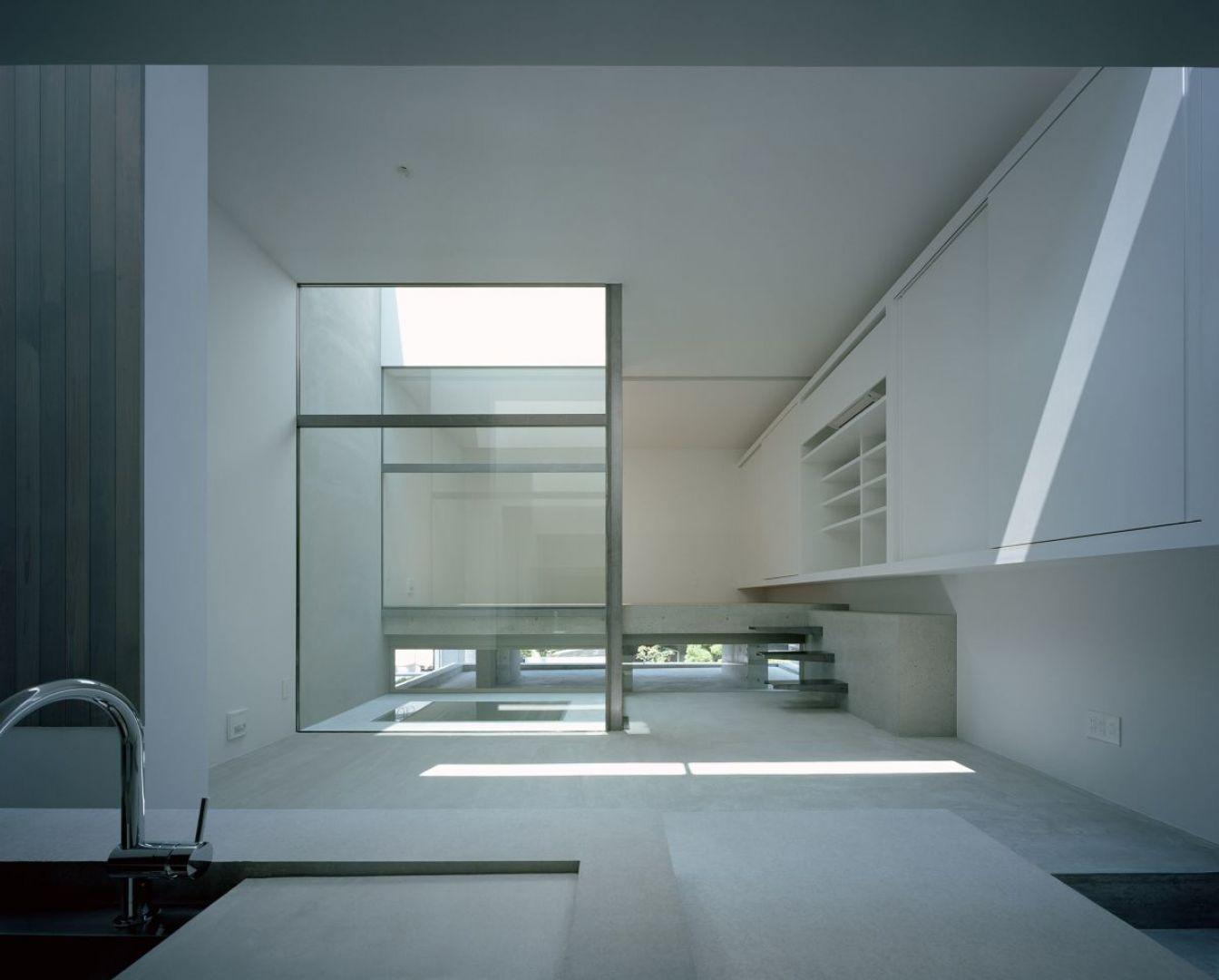 Strefę dzienną zaprojektowano na otwartym planie. Kuchnię i jadalnię oddziela od salonu niewielka różnica poziomów. Fot. FujiwaraMuro Architects