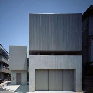Bryłę budynku tworzą trzy sześciany, wykonane z różnych materiałów. Elementy te dobrze się uzupełniają i jednocześnie pozwalają odróżnić poszczególne części domu. Fot. FujiwaraMuro Architects
