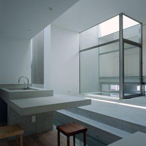 Wnętrza prezentują się bardzo surowo, minimalistycznie i nowocześnie. To bardzo typowa japońska aranżacja. Fot. FujiwaraMuro Architects