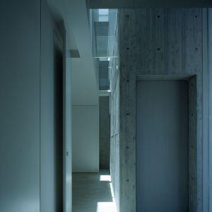Szkło, beton, drewno - to główne materiały, z których zbudowano ten dom. Fot. FujiwaraMuro Architects