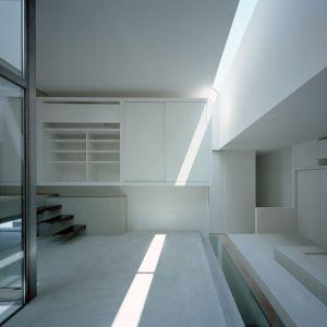 Światło wpadające przez wąskie szczeliny tworzy określoną atmosferę, podkreślając konkretne elementy. Fot. FujiwaraMuro Architects