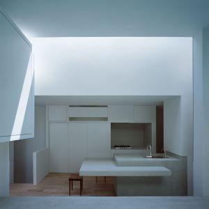 Jak przyznają architekci, naturalne światło wpadające do wnętrza ma pokazywać mieszkańcom jego nieustanny ruch w czasie. Fot. FujiwaraMuro Architects