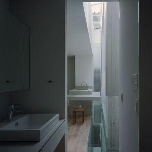 Widać, jak wąskie są okna zamontowane w tym domu. Fot. FujiwaraMuro Architects