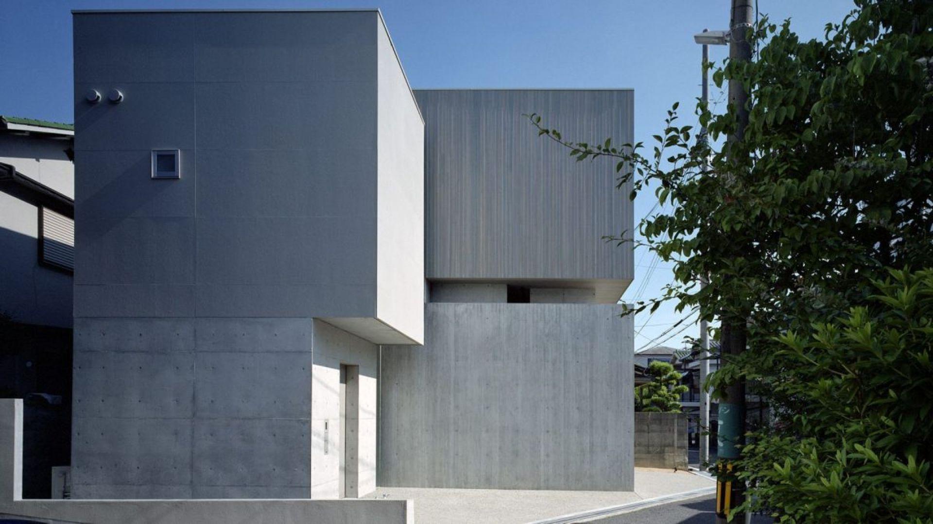 Jeden z górnych sześcianów wykończono pionowymi deskami drewnianymi w kolorze betonu. Fot. FujiwaraMuro Architects