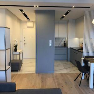 Mieszkanie składa się z czterech pomieszczeń - z salonu połączonego z aneksem kuchennym i holem, sypialni, pokoju gościnnego oraz łazienki. Całkowita powierzchnia apartamentu liczy 60 m². Fot. Sztyblewicz Architekci / AQForm