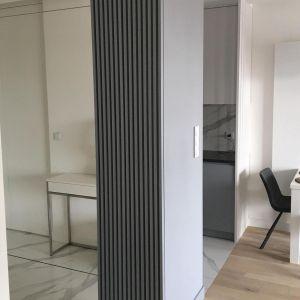 W mieszkaniu dominuje przede wszystkim biel oraz szarość przeplatana czernią, ale tylko w dodatkach i oświetleniu w kuchni. Fot. Sztyblewicz Architekci / AQForm