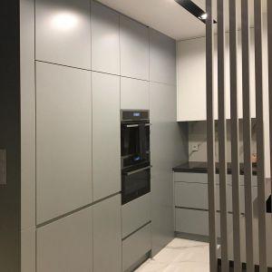 Kuchnia to miejsce, w którym architekci wykorzystali każdą wolną przestrzeń – szafki od podłogi do sufitu dają spore możliwości przechowywania i o to chodziło inwestorce. Fot. Sztyblewicz Architekci / AQForm