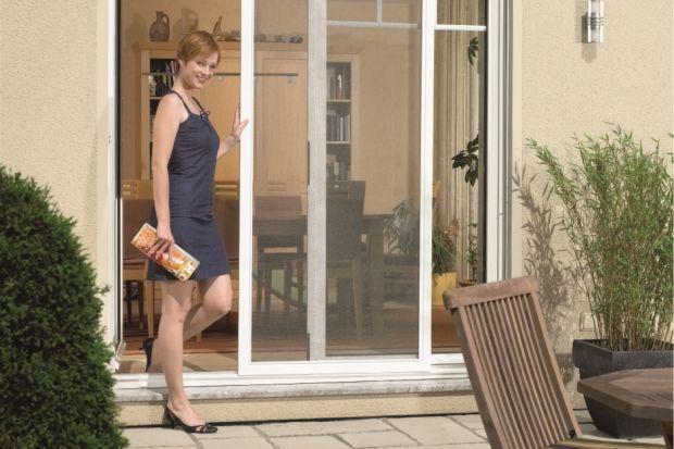Moskitiery stanowią idealne zabezpieczenie w oknach wszystkich pomieszczeń, pozwalając mieszkańcom cieszyć się świeżym powietrzem bez owadów o każdej porze dnia. Na rynku dostępnych jest kilka rodzajów moskitier różniących się głównie sp