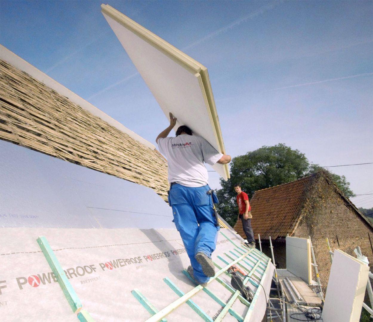 Dach jest jednym z trudniejszych do wykonania elementów budynku. Dlatego jego budowę powinniśmy powierzyć sprawdzonym fachowcom. Bo nawet najlepiej przygotowany projekt i użycie najwyższej jakości materiałów nie da wymarzonego efektu bez profesjonalnego wykonania. Oczywiście podstawą jest prawidłowo rozmierzony dach i co za tym idzie idealne rozłożenie dachówek. Istotna jest też poprawnie wykonana obróbka komina. Fot. Recticel Izolacje