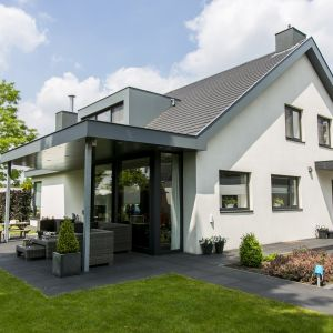 Właściwa izolacja termiczna oraz przeciwwilgociowa w połączeniu z dobrej jakości pokryciem dachowym decydują o szczelności i trwałości całej konstrukcji dachu. Fot. Rockwool