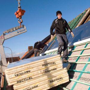 Izolacji nakrokwiowej nie stosuje się na dachach o małym nachyleniu. Kąt nachylenia połaci dachu powinien mieć powyżej 20°. Fot. Recticel Izolacje