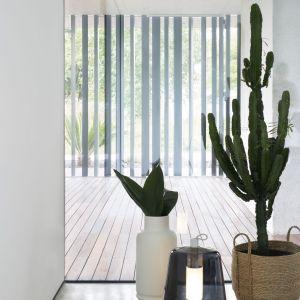 """Wejście do domu odbywa się przez ścieżkę wykonaną z drewnianych listew, która położona jest pomiędzy śródziemnomorskim rabatem kwiatowym a ścianą wykonaną z pełnowymiarowych metalowych elementów """"L"""". Fot. Ritmonio"""