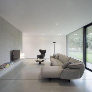 Część mieszkalna zorganizowana jest w jednej otwartej przestrzeni, dając naturalną jasność i poczucie całkowitej przenikalności pomiędzy wnętrzem i otoczeniem. Znajduje się tu kuchnia, spiżarnia, jadalnia i duży pokój.  Fot. Ritmonio