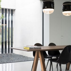 """Dom, w jednym poziomie, został zaprojektowany jako """"duże okno"""" z widokiem na naturalną przestrzeń zewnętrzną okalającą nieruchomość. Wejście do domu odbywa się przez ścieżkę wykonaną z drewnianych listew, która położona jest pomiędzy śródziemnomorskim rabatem kwiatowym a ścianą wykonaną z pełnowymiarowych metalowych elementów """"L"""". Fot. Ritmonio"""