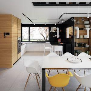 Kuchnia to zgrany duet bieli i czerni. Duże narożne okno rozświetla przestrzeń i nadaje mu niepowtarzalnego uroku. Fot. Archetyp