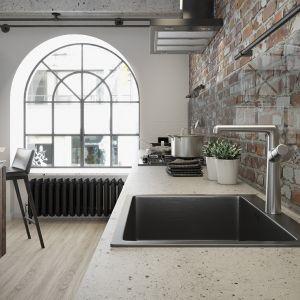 Jednokomorowy zlewozmywak bez ociekacza z linii Marmara charakteryzuje się przyciągającym wzrok, grafitowym wykończeniem, które będzie współpracowało z drewnianymi, a także surowymi, betonowymi lub ceglastymi  fakturami. Fot. Laveo