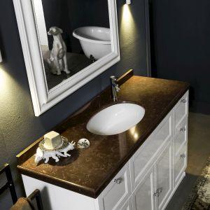 Nieodzownym elementem klasycznej łazienki jest duże lustro w ramie oraz toaletka z prostymi szafkami i stylowym blatem. W tego typu wnętrzu dobrze zaprezentuje się blat z konglomeratu kwarcytowego oraz Noble Athos Brown. Fot. TechniStone Noble Athos Brown
