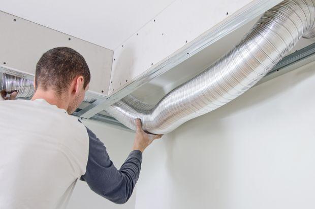 Projekt domu energooszczędnego zakłada wprowadzenie szeregu rozwiązań wpływających na zmniejszenie zapotrzebowania budynku na ciepło. Jednym z nich jest przemyślany system wentylacji. Alternatywą dla tradycyjnych form cyrkulacji powietrza, które