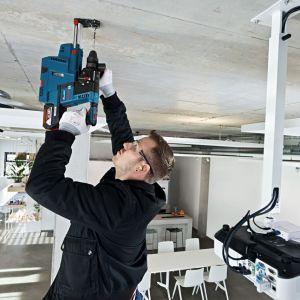 Wiertarki udarowe sprawdzą się na początkowym stadium montażu sufitów podwieszanych. Elektronarzędzia te niezbędne są do wykonania otworów, w których umocujemy zawieszenie stelaża. Fot. Bosch