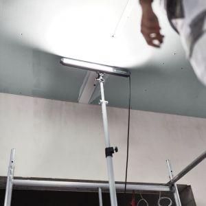 Na etapie prac związanych ze szpachlowaniem i szlifowaniem w suchej zabudowie, bardzo ważne jest zastosowanie dobrego oświetlenia. Dzięki temu łatwiej jest odnaleźć jeszcze niewyrównane i zarysowane powierzchnie ścian i sufitów. Fot. Festool