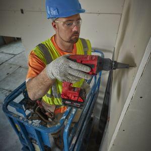 Wkrętarki niezbędne do pracy w suchej zabudowie powinny być wyposażonia w dokładnie ustawiany ogranicznik głębokości i ciche sprzęgło kłowe. Dzięki tym rozwiązaniom mamy pewność że nie wkręcimy byt mocno lub zbyt słabo wkrętów w płytę g-k. Fot. Milwaukee