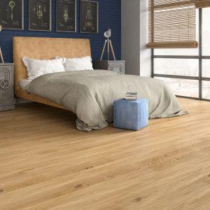 Jeans Short lakier mat szczotkowany – nowy rozmiar trójwarstwowych podłóg Jeans, których struktura drewna została uwypuklona w procesie szczotkowania. We wgłębieniach bejca w odcieniu kości słoniowej, na powierzchni – bejca kremowa. Fot. Baltic Wood