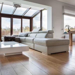 Podłogi warstwowe produkowane są w czterech różnych klasach: select, natura, rustical i standard. Warstwa użytkowa o grubości 6 mm, lakierowana lub wykończona olejowoskiem jest następnie fazowana, szczotkowana oraz podlega obróbce thermo, która zwiększa wytrzymałość drewna. Fot. Finishparkiet