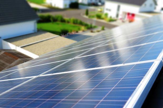 Zestawy fotowoltaiczne zamieniają energię słoneczną w energię elektryczną. Zwykle kojarzymy je z panelami solarnymi, umieszczonymi na dachach domów, które zaopatrują jego mieszkańców w prąd. Jednak z wygody tego rozwiązania warto korzystać t