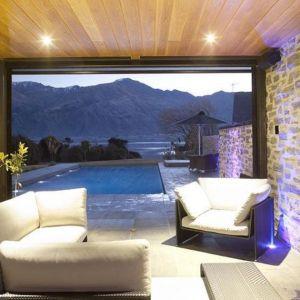 Loggia z kominkiem i takim widokiem to idealne miejsce na relaks. Fot. M&W