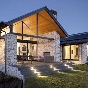 Na jednym z dachów zainstalowano kolektory słoneczne, które podgrzewają wodę w domu i basenie. Fot. M&W