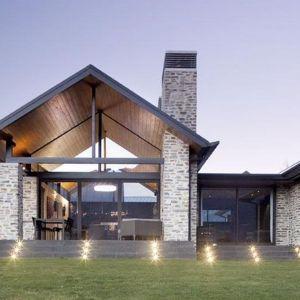 Wanaka House to przykład nowoczesnej architektury wpisanej w otaczający krajobraz. Fot. M&W