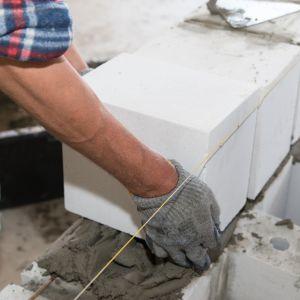 """Lepsza izolacyjność termiczna (zbliżona do izolacyjności muru) systemowych elementów, na przykład stropów czy nadproży, także pomaga chronić przed mostkami termicznymi, odpowiedzialnymi za straty ciepła. Fot. Stowarzyszenie """"Białe Murowanie"""""""