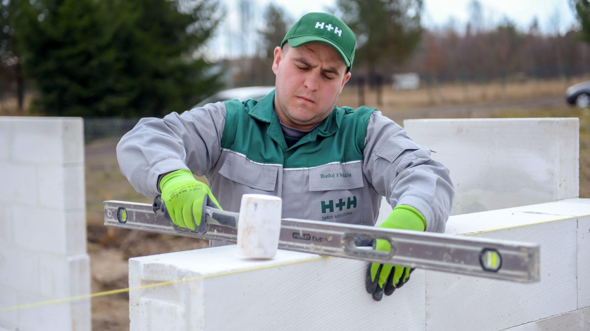 Nie zapominajmy, że niewłaściwie zbudowana ściana, nawet z tych najlepszej jakości materiałów wznoszeniowych, nie zapewni odpowiedniej ochrony przed zimnem, a co gorzej i prawidłowej nośności. Fot. H+H