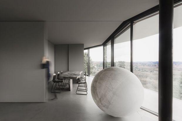 Rezydencja la casa di Chiara e Stefano położona jest na jednym ze stromych przedgórzy Alp we włoskiej miejscowości Varese. Na jej charakter ogromny wpływ miała otaczająca natura, nad którą dominuje ta rezydencja. W pomieszczeniachkrólują nat