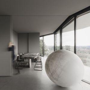 Rezydencja la casa di Chiara e Stefano położona jest na jednym ze stromych przedgórzy Alp w miejscowości  Varese. Na jej charakter ogromny wpływ miała otaczająca natura, nad którą dominuje ta rezydencja. Fot. Simone Bossi