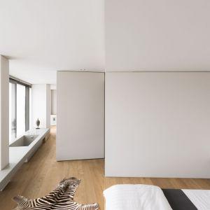 Dom jest otwarty na  krajobraz dzięki zastosowaniu dużych szklanych powierzchni, kontrastujących z drewnianymi skrzydłami i funkcjonalnymi, otwartymi wnętrzami. Fot. Simone Bossi