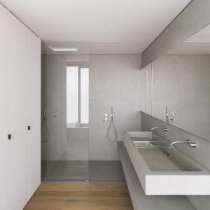 Wyposażenie odzwierciedla minimalny wybór architektury, podkreślając smak żywiołów i nadając przestrzeniom domu nutę elegancji. Armatura CEA idealnie wpisuje się w szare wnętrza. Fot. Simone Bossi