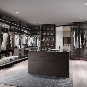 Dobrze zaprojektowana garderoba to prawdziwy kombajn, który posiada także nietypowe, ale bardzo praktyczne rozwiązania. Fot. Raumplus