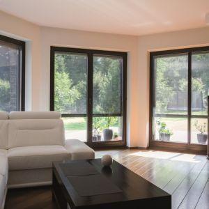Osłony okienne montowane na zewnątrz budynku chronią również okno przed działaniem warunków atmosferycznych, co korzystnie wpływa na jego trwałość. Fot. Fakro