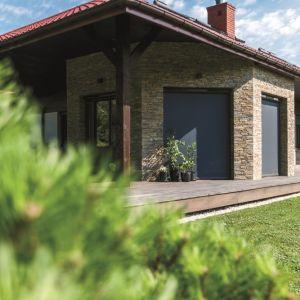 Funkcjonalne osłony okienne zapewniają prywatność, zwiększają komfort użytkowania pomieszczeń w słoneczne dni, a dodatkowo mogą chronić przed insektami i stanowić izolację termiczną zimą. Fot. Fakro