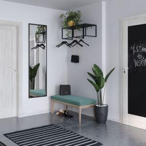 Drzwi Porta Verte Home z czarną tablicą magnetyczną oprawione ramą w wybarwieniu sosny norweskiej. Fot. Porta